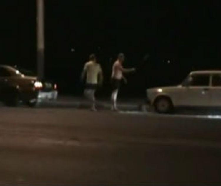 На Чернавский-Бридж, неизвестном на иностранном автомобиле, сломал два автомобиля, разграбленные, и водители удара